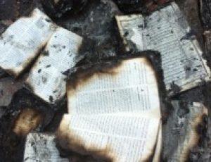 Pakistan: Muslim burns Holy Bible, enraging Christians
